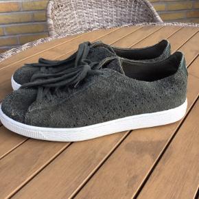 Lækre sneakers fra Puma Lækkert blødt stampd skind Alm i størrelsen  Sælges for 300 kr