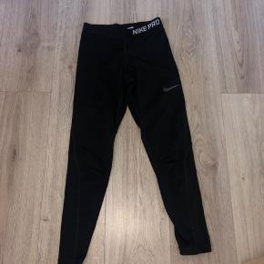 Nike pro tights, brugt men 100% fint stand. De bliver vasket inden jeg sender dem. Mærket er blevet klippet ud da det kradsede.