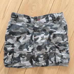 Camouflage farver nederdel. Brugt men god.