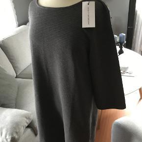lækker blød kjole med lynlås i nakken brystvidde 2 x 52 længde fra skulder 86