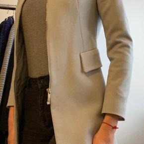 Flot længere blazer/jakke fra Zara. Brugt ofte i en kortere periode kun, ellers hængt i skabet.  Jakken har en fin stand ift.  Zara kvalitet.