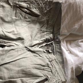 Rigtig fine jeans. De er grå og har nattero siden oh bag på lommerne. Dog er nogle af dem faldet af🌸