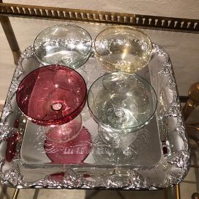 4 af de smukkeste vintageglas fra 60'erne. I meget flot stand og uden skader eller skår.  Sjældne og skønne.  Højde 7cm Ø 7cm Prisen er pr. Stk