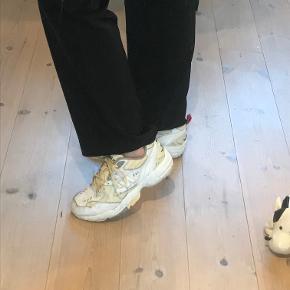 Sælger de her new balance 608 i gul og hvid.  De fejler ikke noget andet end noget skidt på skoen der sikkert ka vaskes af. (jeg har ikke prøvet)