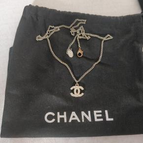 Chanel halskæde (den justerbare model) kan justeres til lang og kort! Der sidder alle sten i den endnu og standen er rimelig god.  Har engang været et lille vedhæng der sad nedenunder som jeg fik fjernet da jeg ikke synes om det.  Nypris er flere tusinde kroner, så prisen er fair og umiddelbart ikke til forhandling.