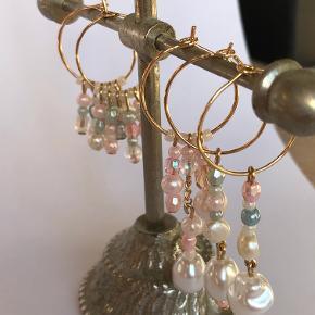 Håndlavede perleøreringe.  Laves som på billede, og med andre farvekombinationer, rækkefølge på perler osv.  Send en besked for at se farveudvalget 🌻 Priser mellem 15-40 kr.