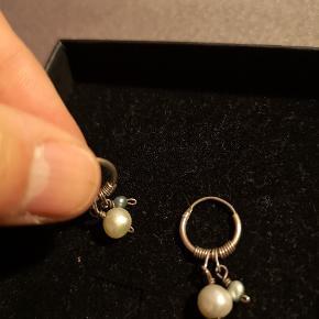 """Fine små øreringe med grønlige perler fra Einstein"""" Nypris 350 kr"""