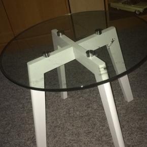 Hej har dette søde runde glas bord købt ved ide møbler ny pris 600kr fejler intet 👇👇 byd byd