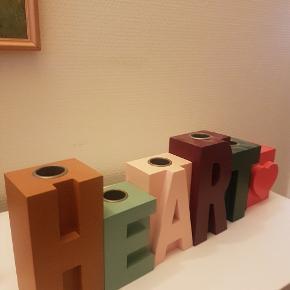 "Lysestager formet som bogstaverne ""HEART"""