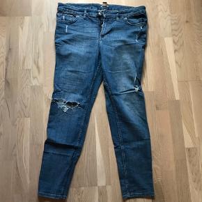 Højtaljede jeans med stræk. Taljemål: 96 cm