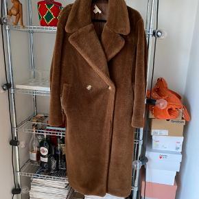 Lækker, tyk, fake fur jakke, kun brugt få gange og fremstår i god stand. Lukkes med to knapper, den inderste knap driller dog desværre lidt. Str. 36