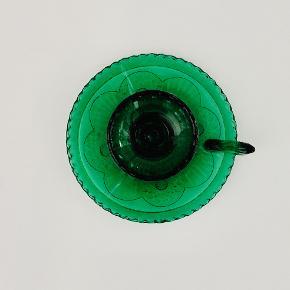 Lysestage med håndtag/ kammerstage i presset grønt glas. Designet af Huta Szkła Ząbkowice. Højde: 9 cm Diameter: 15 cm