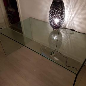 Meget pænt glas bord sofa bord eller hvad man vil bruge det til sælges for 800 kr meget tungt
