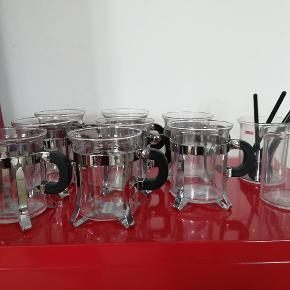 Lave Chambord kopper. 8 kopper 1 sukker og en fløde samt 5 skeer. Aldrig brugt