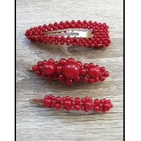 Nye perlespænder Måler ca. 8,5. cm.  1 stk. 30 kr.  2 stk. 50 kr.  Plus porto.   Porto er 10 kr med postnord. 33 kr med DAO.   Perlespænde perle perlespænder perler Spænder spænde hårpynt accessories perle Hårclip hårbøjle hårspænder