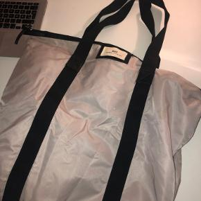 Day ET Gweneth bag Rosa Nypris: 299kr Mål: H 43 cm/W 57 cm/D 14 cm Materiale: Nylon/polyester Skader: Få pletter på bagsiden af tasken