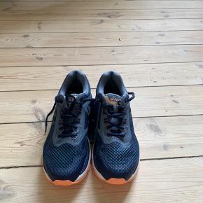 Asics løbesko model gt-2000 6.  Har desværre fået købt en str for stor. Bytter gerne til samme model i str 40,5.  Skoene er aldrig brugt og stadig med tags.