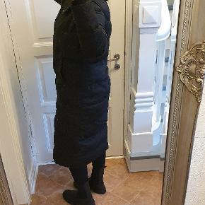 Vinterjakke,  Dunjakke,  dynejakke.  Lang rummelig model,  jakken er fra Zara, str xs men passes af en 36/38 S/M. Kun været i brug en håndfuld gange, fremstår som ny.   Jeg er 169 høj.