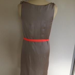 Mærke: H&M Størrelse: 34 Farve: beige Materiale: Polyester Stand: Aldrig brugt Kjolen: let kjole til både sommer og fest  Sælges kr 50 Bytter ikke Sætter,pris,på tilfredse købere