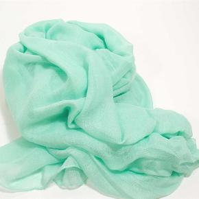 Brand: Lisbeth Merrild Varetype: Dejlig, blødt tørklæde - ensfarvet Størrelse: 100x190 cm Farve: Mintgrøn og sand Oprindelig købspris: 150 kr. Prisen angivet er inklusiv forsendelse.  2 dejlige tørklæder i superblød 100% viscose. Tørklæderne måler 100x190 cm og fås i 2 skønne farver - mintgrøn og sand - vælg selv din favorit.