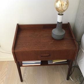 Super fint lille natbord med skuffe.Mål: B: 49 cm D: 31 cm H: 51 cm