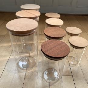 Bodum Opbevaringsglas med trælåg.  Fremstår helt nye uden skrammer / skår.  Sælges samlet for 450,- kr total.  Kun personlig afhentning i København