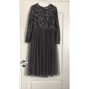 Sælger denne yndige kjole i str. 40, kun brugt 1 gang.
