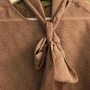 Varetype: Langærmet Farve: Brunlig  Smuk skjortebluse  Handles over mobilepay