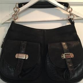 Brand: charles & Keith Varetype: taske Størrelse: mellem Farve: Sort Oprindelig købspris: 600 kr.  Meget lækker sort taske, flot foret, 25x40 cm... tror det er skind ? aldrig brugt
