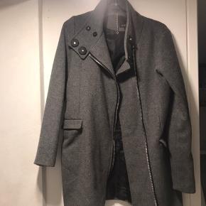 Sælger denne jakke / frakke / coat i grå/mørkegrå fra Amisu. Den er købt i New Yorker i Berlin for mange år siden og vil aige at standen er bedre en 'god, men brugt' - men har sat stand pga. alder. Skriv endelig for spørgsmål
