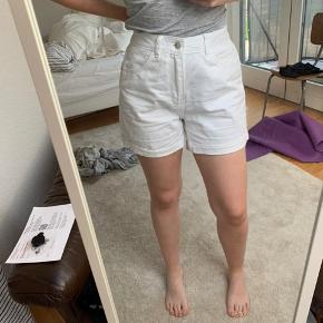 Hvide Vero Moda shorts, aldrig brugt. De har lidt et mom-jeans cut.
