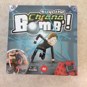 Sælger dette spil. Det går ud på at stoppe bomben inden den eksploderer! Hver gang du rører ved en udspændt snor, springer uret et ekstra trin frem. Den, der når hurtigst frem til bomben vinder! 1: gennemfør forhindringsbanen! 2: tik-tak-tik-tak...skynd dig! 3: rør ikke ved snoren! Så taber du tid. 4: er du hurtigere end dine venner? Stop! Er som nyt, kommer fra et ikke ryger hjem. Afhentes i 2990 Nivå eller sendes mod betaling