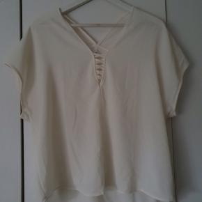 Flot creame farvet kort ærmet bluse fra Only.