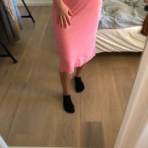 """Fin """"Barbie"""" lyserød satin nederdel fra ASOS. Brugt én enkelt gang. Gav omkring 300-400 kr for den for ny. BYD."""