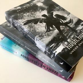 """""""Hush, hush""""- bogserien skrevet af Becca Fitzpatrick.  Alle 3 bøger sælges samlet for 100 kr. Afhentes eller sendes med DAO"""