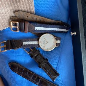 BYD BARE !!! Aldrig brugt Daniel Wellington ur med to ekstra remme. Både læder og sailor. Original æske medfølger.