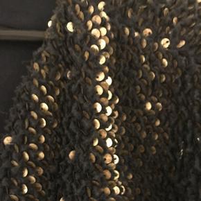 Sej oversized jakke med palietter fra H&M trend! Meget fin stand. Nypris 899 Str. 38 - så passer s-m-l, alt afhængig hvilket look man vil have 😁