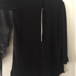 Elegant skjorte fra Acne med slids i ryggen Byd gerne! :)