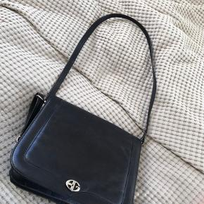 Rigtig lækker og fin læder taske fra Bon Goût! Har 3 rum og er derfor virkelig rumlig! Brugt meget lidt så den står faktisk næsten som ny:)