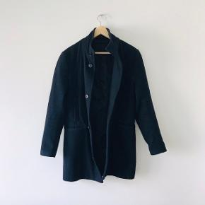 Navyblå uldjakke i Medium længde. Slim fit