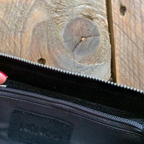 Meget rummelig pung i ruskind, brugt i et par dage så den er som ny  #Secondchancesummer