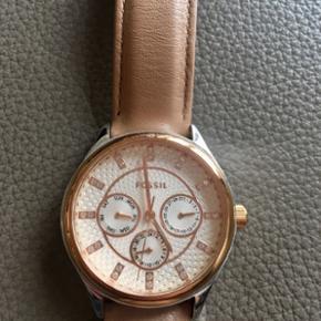 Fossil BQ1566 Rose Gold Tone Saddle Leather. Dameur.