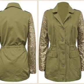 Virkelig fed jakke i army grøn med guld palietter på ærmerne  Størrelse S, men kan bruges af xs-m Brugt få gange