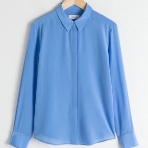 Der er en plet på ryggen, men intet man lægger mærke til når man har den på. 100% silke