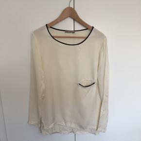 Creme- el off white bluse med sorte kanter, som ny