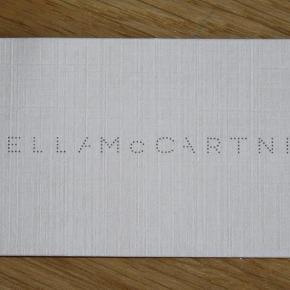 """Varetype: 2 Bodysuits - NYE.. Farve: Sort/Creme Oprindelig købspris: 1260 kr.  2 meget lækre bodysuits fra Stella McCartney købt på NET-A-PORTER (85 Euro pr. stk.) str. Medium.   - Sort blonde er brugt 1 gang, derfor skrevet """"Aldrig Brugt"""" 630,-kr. - Sort/Creme mønstret er """"Aldrig Brugt"""" 630,-kr.  Er kun skyllet let op i hånden, er helt som nye.  Kom gerne med bud, sender hurtigt ved køb :-)"""