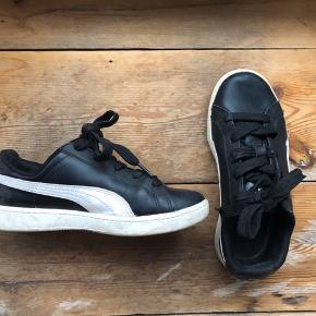 Puma classic læder størrelse 35. Brugt og trænger til en vask, men er ikke slidte. Skal se være dine? BYD!   Køber betaler fragt. Ellers kan de afhentes ved nørrrebrohallen.