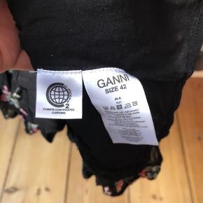 Meget fin Ganni-bluse med smockdetaljer