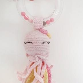 Super sød sputte rangle  Sprutten er hæklet om en rangle og er derfor god aktivitets legetøj til børnene.  Den er hæklet i 100% bomuld og fyldt med fyldevat   Hentes i 8723 Løsning eller sendes.  Se evt mere på @crochetandi_
