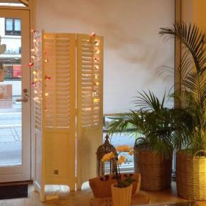 Skal afhentes i Lyngby!!!!! Tung stabil træfoldevæg fra lækre Riviera Maison i malet træ. (cremehvid) Har tre fag og kan foldes sammen.. 183cm høj og 46cm pr. fag  Pasienner kan åbnes og lukkes for lysindfald.. Står i Lyngby og kan hentes i dagstimer. Trænger til en klud, men er i flot stand! Nypris:6.600,-